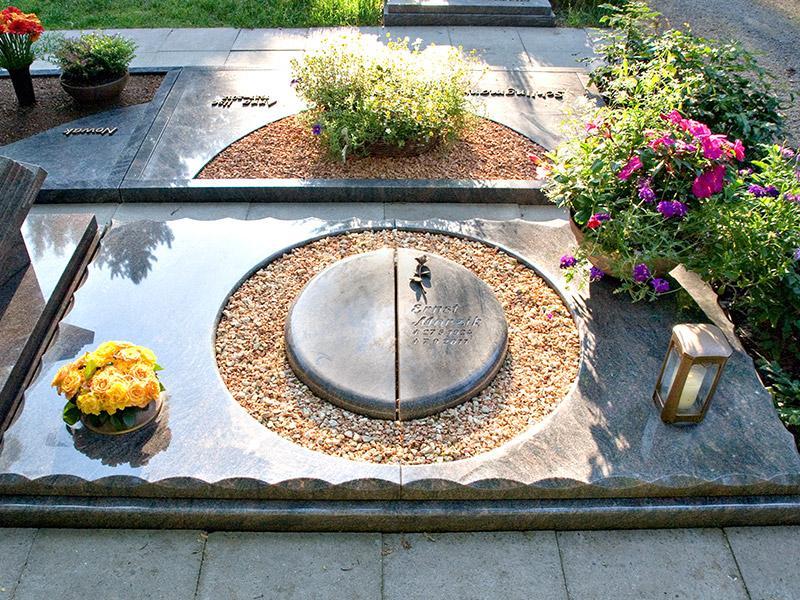 Aufwendig gearbeitetes Doppelurnengrab mit Ausschnitt für Kiesfläche sowie Grabschale aus Bronze