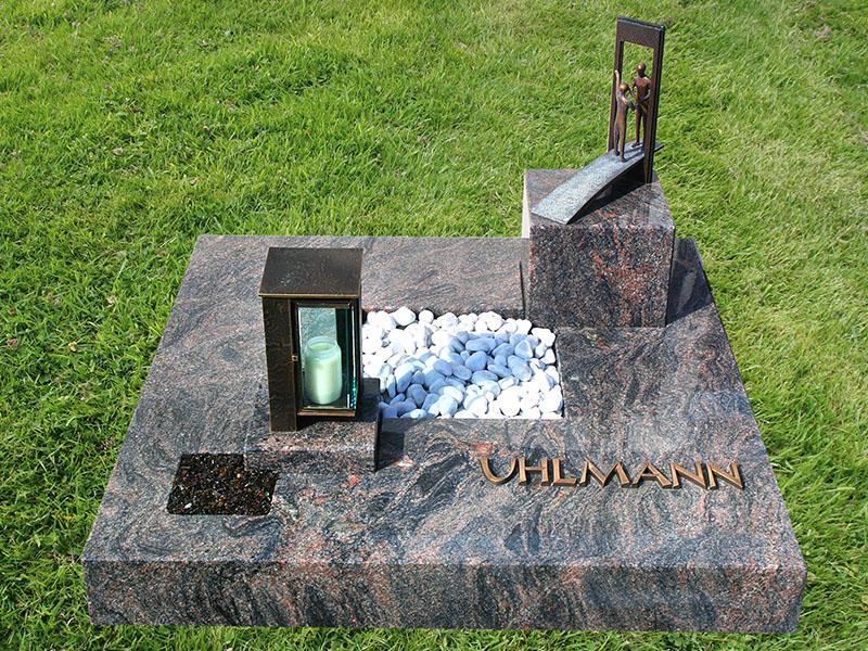 Mehrteiliges Urnengrab 100x100 mit eingearbeitetem Podest für Grablaterne und Bronzeornament
