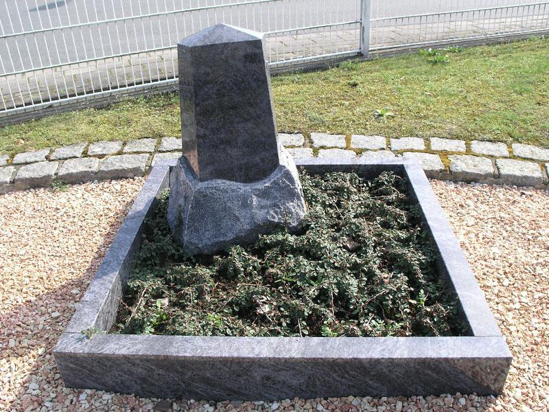 Urnengrab mit Einfassung und Grabstein in Obeliskenform