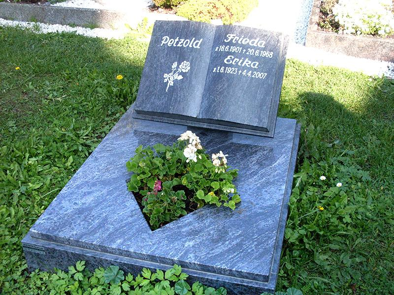 Urnengrab aus Granit mit Einfassung, Urnengrabstein in Buchform und vertiefter Schrift