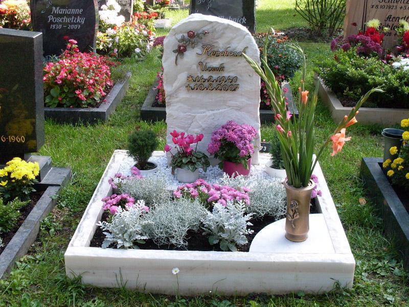 Urnengrab aus Marmorfels mit Einfassung und Urnengrabstein als Findling