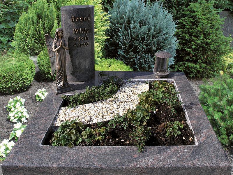 Urnengrab mit Umrandung aus einem Stück gearbeitet mit integrierter Pflanzfläche, passender Stele, Grablampe, Bronzeengel und Bronzeschrift