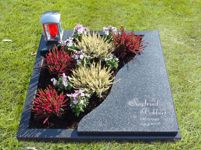 Urnengrabanlage mit Einfassung und Abdeckplatten sowie Pflanzausschnitt