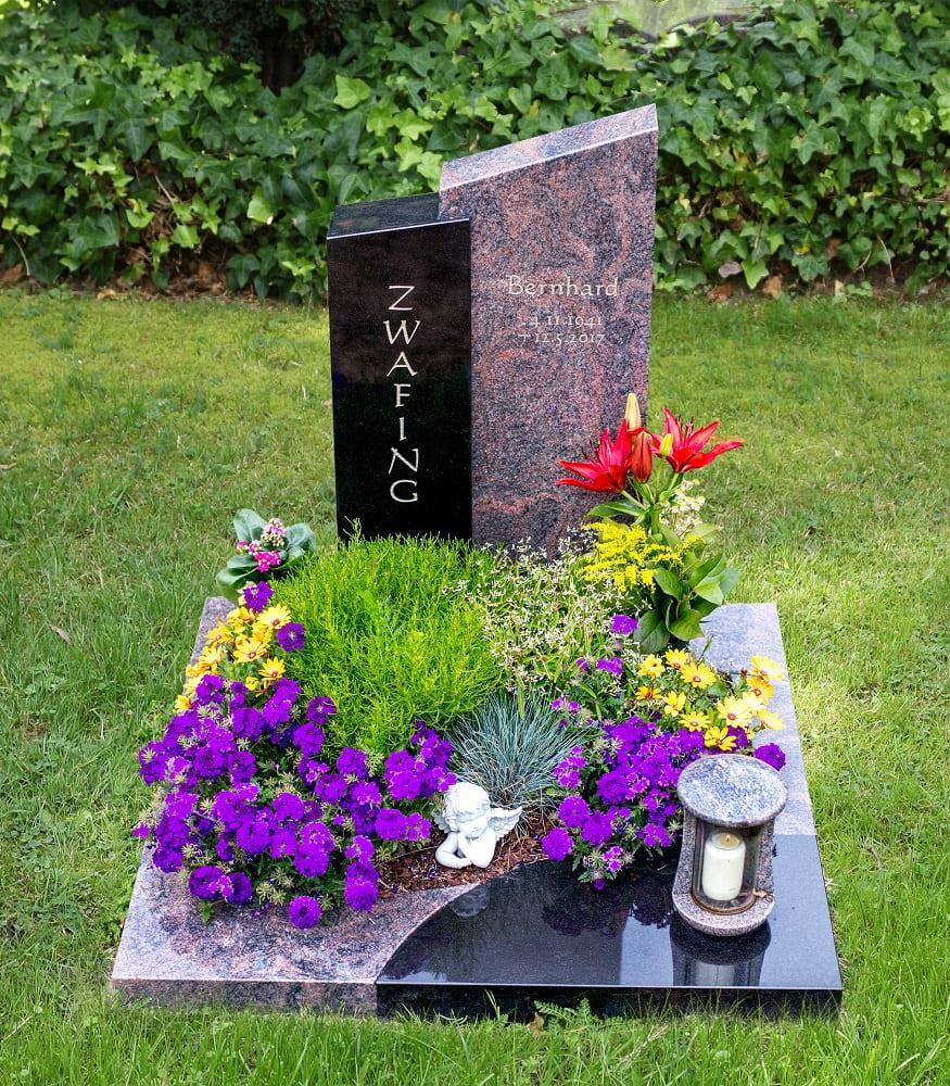 Mehrteiliges Urnengrab in schlichter Form aus bräunlichem und dunklem Granit mit Grablaterne aus passendem Stein