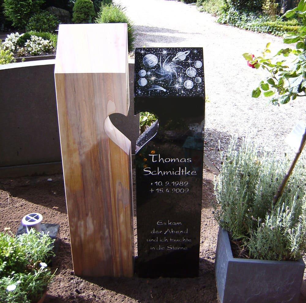 Urnengrabstele aus dunklem Granit und hellem Sandstein mit ausgearbeiteter Herzform, Handgravur und Aluminiumschrift