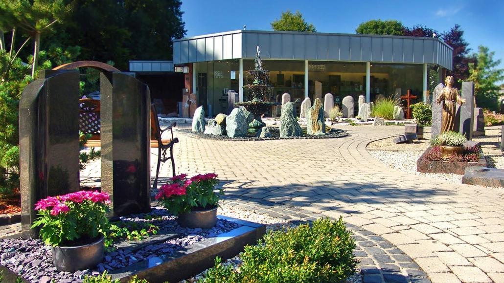 Das Unternehmen Weber Grabmale aus Dülmen liefert Grabsteine und Grabmale kostenfrei bis nach Borken. Hier auf dem Bild sichtbar ist unsere Grabmal-Ausstellung in Dülmen.