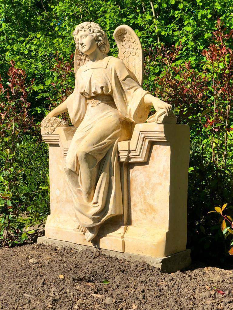 Ihr Steinmetz für Borken - Marmorengel für die Urnengrababteilung am Friedhof Borken-Burlo, geliefert von Weber Grabmale aus Dülmen