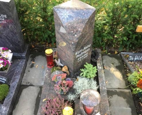 Urnengrabanlage aus poliertem Granit mit Gravur und Swarovski-Kristallen, Grabstein aufgestellt in Borken-Burlo von Weber Grabmale aus Dülmen
