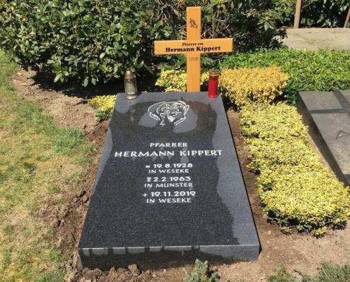 Priestergrabmal - Grabplatte aus mattiertem Granit in Borken-Weseke, geliefert von Weber Grabmale aus Dülmen