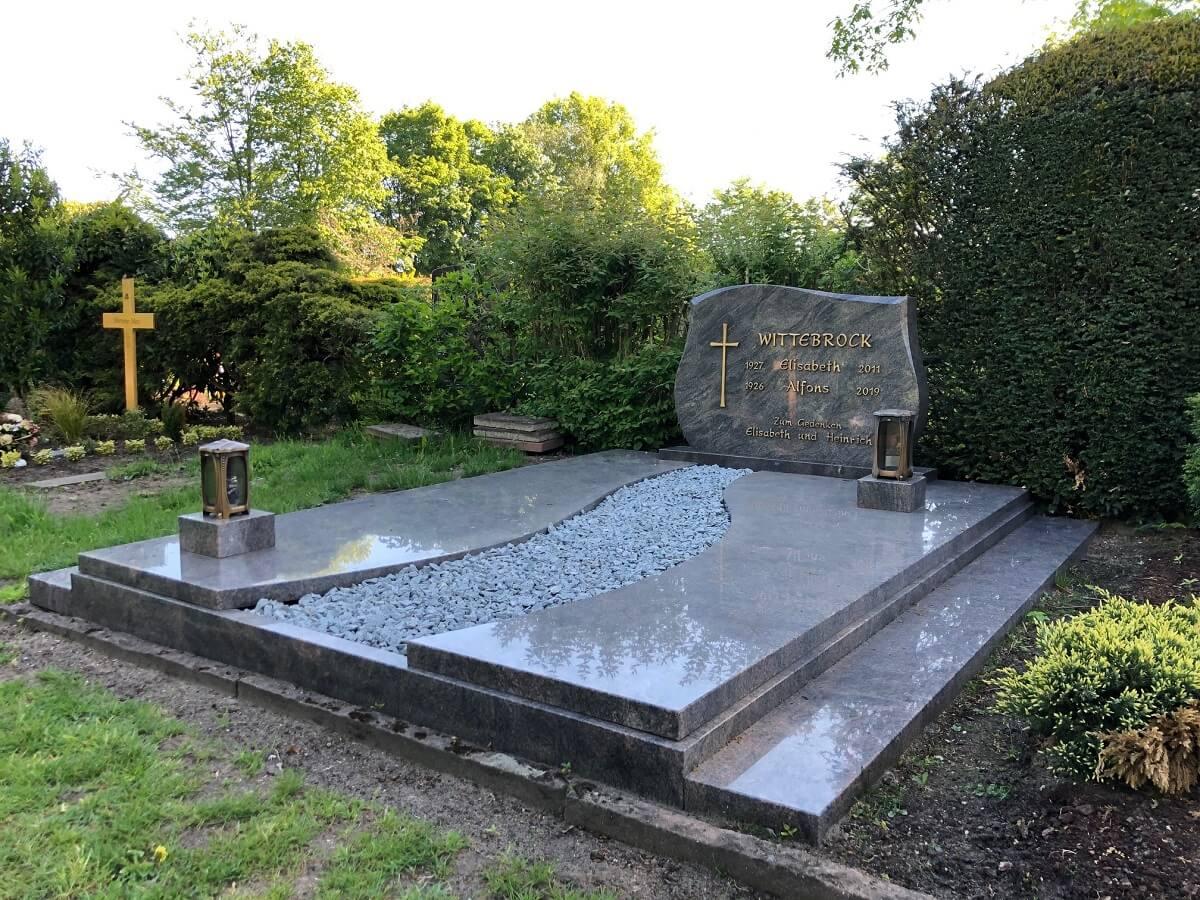 Aufwendig gestaltete Doppelgrabanlage mit Grababdeckplatten auf dem Friedhof Borken-Burlo, geliefert von Weber Grabmale aus Dülmen